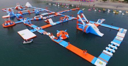 Mô hình khu vui chơi trên biển trong bãi tắm công cộng.