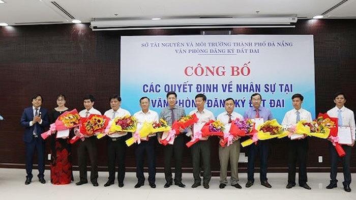 Các viên chức lãnh đạo, quản lý của Văn phòng Đăng ký đất đai TP Đà Nẵng vừa nhận quyết định nhân sự mới