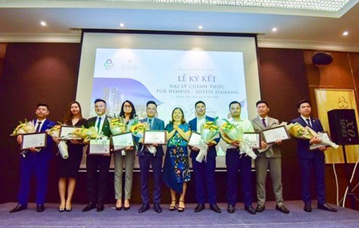 Bà Nguyễn Thị Minh Phượng - Phó tổng giám đốc PPC An Thịnh tặng hoa và Giấy chứng nhận cho 9 đơn vị phân phối