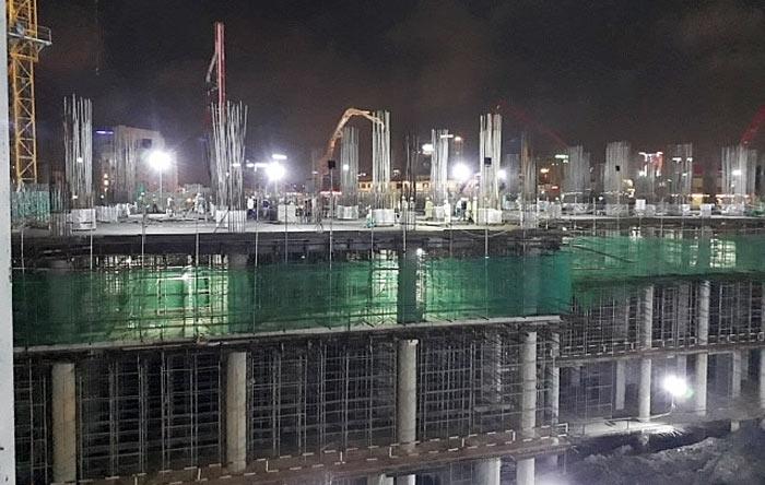 """Các nhà thầu của Wyndham Soleil Đà Nẵng cùng công nhân làm việc """"xuyên đêm"""" để đảm bảo tiến độ của toà tháp Nimbus."""