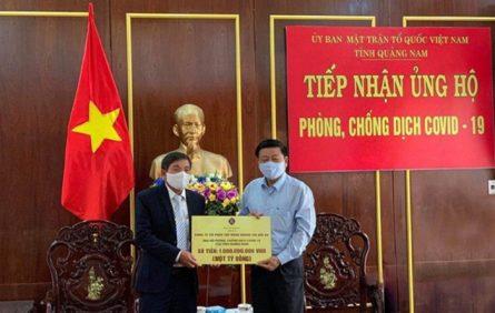 Đại diện tập đoàn Hoàng Gia Hội An trao ủng hộ 1 tỷ đồng cho UBND tỉnh Quảng Nam