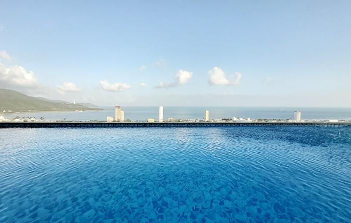 Hồ bơi tầng thượng tại tòa nhà Sơn Trà Ocean View