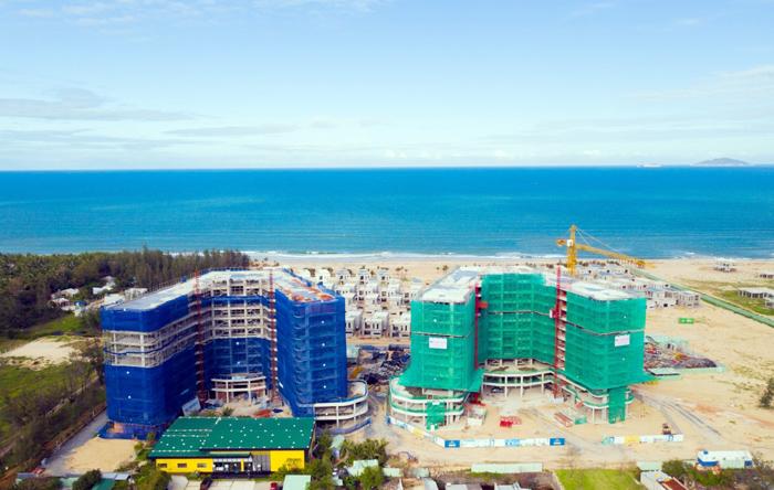 Hình ảnh tiến độ hai tòa căn hộ resort biển đã cất nóc.
