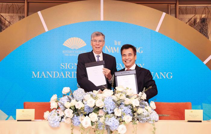 Ông Alain Cany - Chủ tịch Jardine Matheson Việt Nam và ông Đinh Bá Thành - Chủ tịch The Nam Khang Corporation ký kết hợp tác dự án Mandarin Oriental Đà Nẵng
