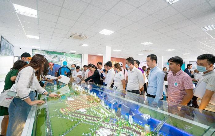 Le Ra Mat Thu Hut Hang Tram Nha Dau Tu Tham Gia