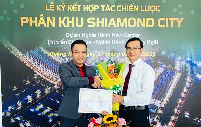 Ông Đinh Văn Hoàng nhận hoa và Chứng nhận Đơn vị Phát triển dự án Shiamond City do CĐT trao tặng.