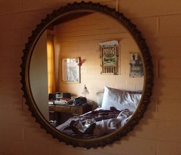 Gương không nên treo ở gần cửa ra vào.