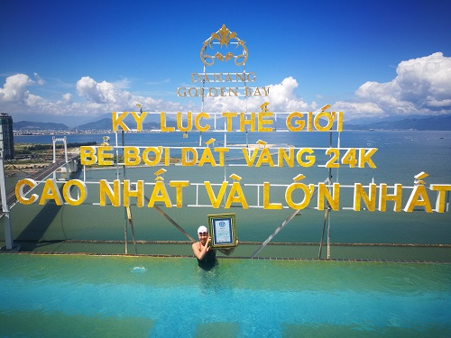 """Bể bơi vô cực dát vàng 24K cao và lớn nhất thế giới. Trong ảnh: kình ngư Ánh Viên """"thử sức"""" tại bể bơi"""